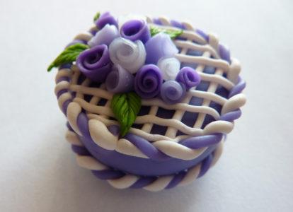 Torta in fimo fatta a mano deocrata con rose viola