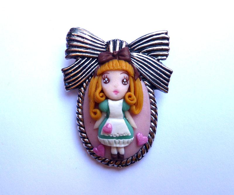 Spilla decorata con Alice nel paese delle meraviglie kawai in fimo fatta a mano