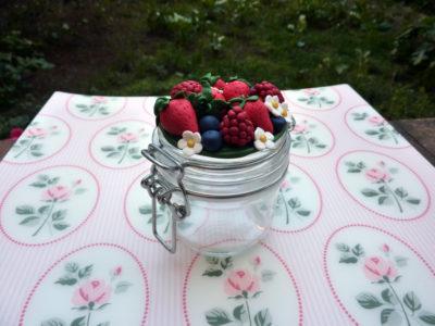 Barattolo con frutta rossa fragole mirtilli lamponi e margherite in fimo fatto a mano
