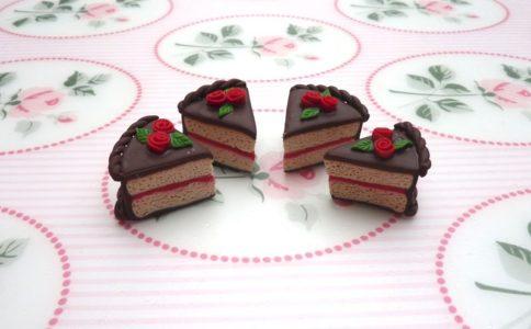 Fettine di torta al cioccolato con rose rosse in fimo fatto a mano