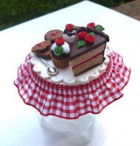 Barattolo in vetro decorato con torta al cioccolato cupcake e biscotti in fimo fatto a mano