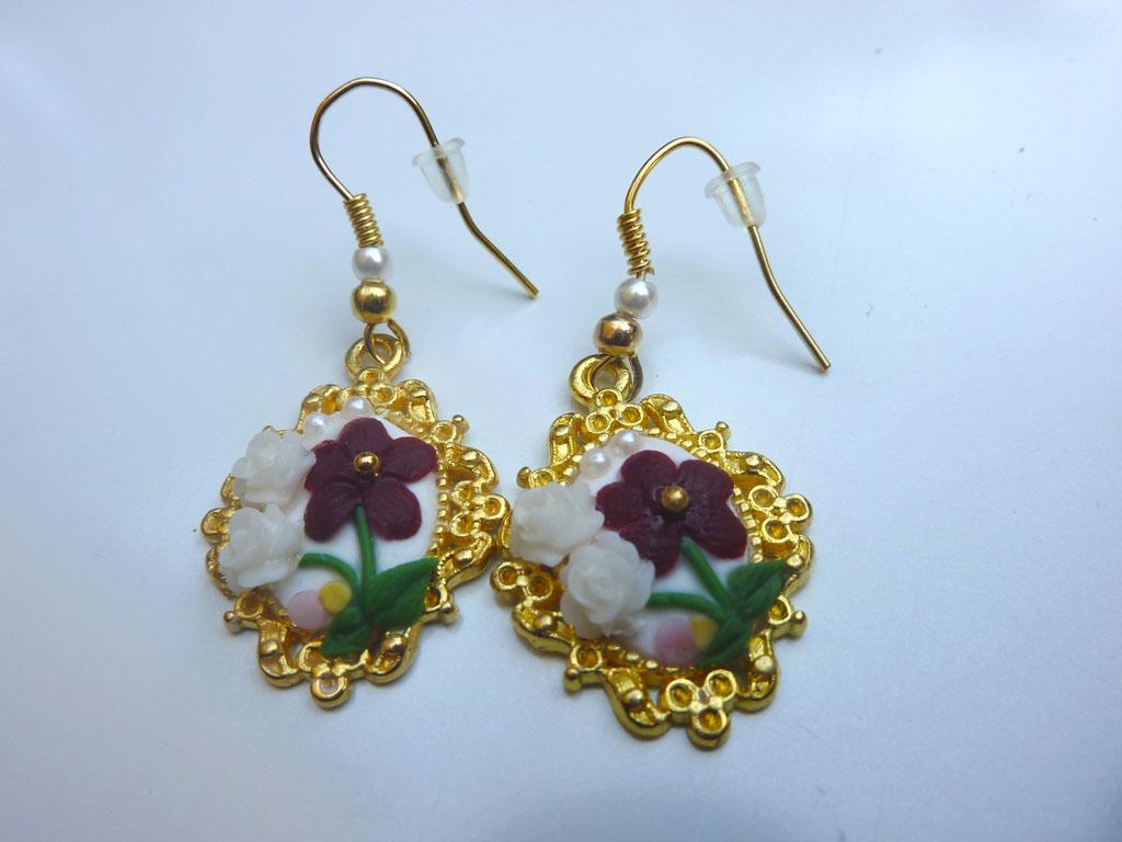 Orecchini cameo decorati con fiore bordeaux e rose bianche in fimo fatto a mano