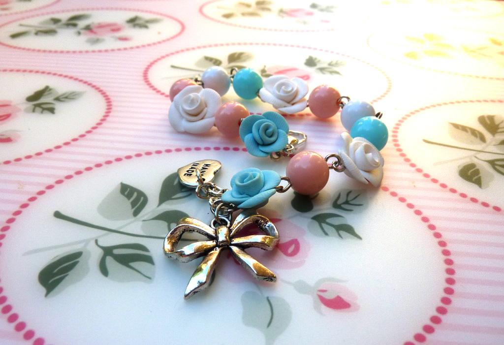 Braccialetto con rose bianche ed azzurre e perline rosa in fimo fatto a mano