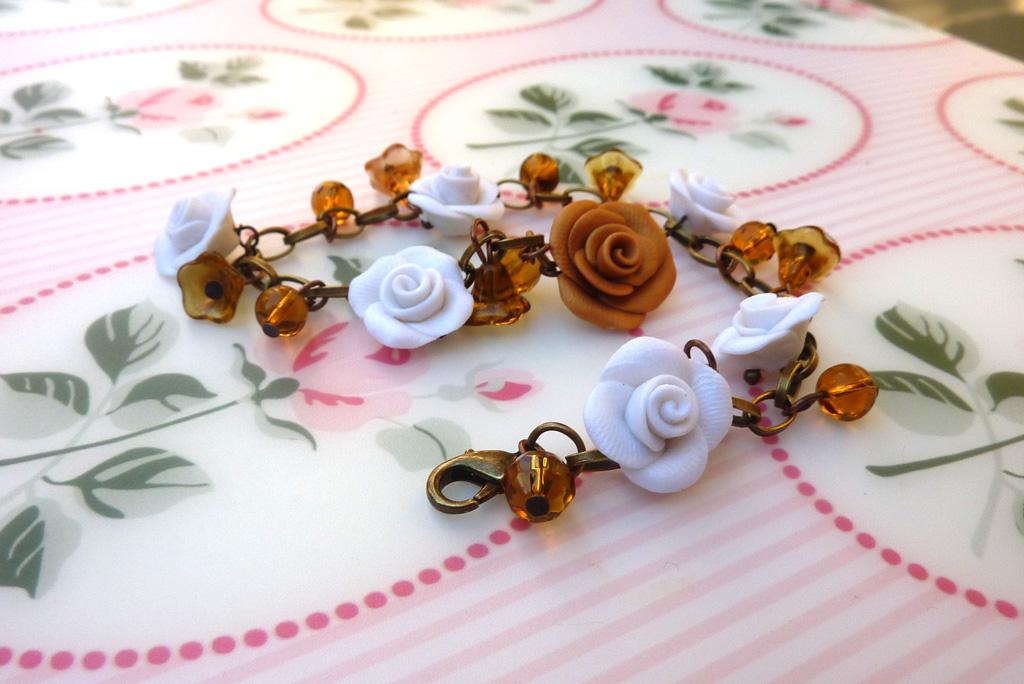 Braccialetto con rose bianche e caramello e perline di vetro in fimo fatto a mano