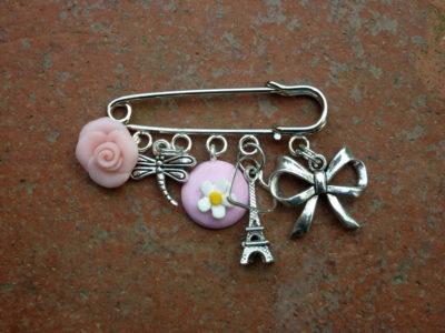 Spilla con charms torre eiffel rosa e fiori in fimo fatto a mano