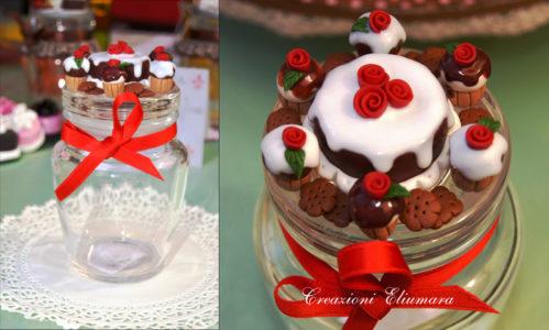 Barattolo con decorazioni in FIMO fatte a mano a torta e cupcake al cioccolato con glassa, rose e biscotti